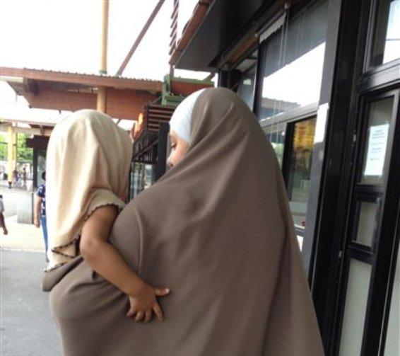 Foto tomada el 23 de julio del 2013 de una mujer con el velo islámico acompañada de sus hijos en  Trappes, al sudoeste de París. La controversia sobre la tradición islámica de cubrirse el rostro se está agravando en Francia, donde algunos civiles han hostigado a las mujeres musulmanas que visten el atuendo.(Foto AP/Elaine Ganley)