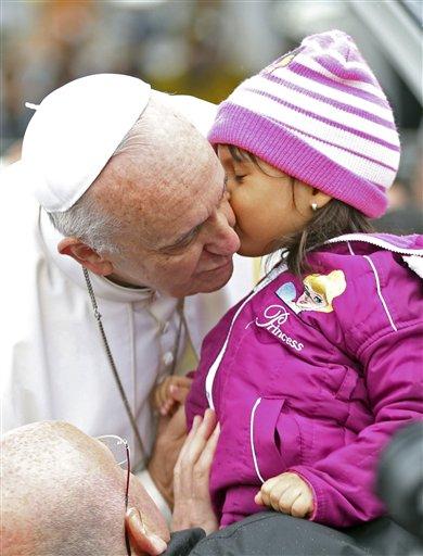 El papa Francisco besa a una niña a su llegada a la Basílica de Nuestra Señora Aparecida en Aparecida, Brasil, el miércoles 24 de julio de 2013. El papa Francisco se encuentra en el tercer día de su viaje a Brasil, en donde asistirá al Día Mundial de la Juventud 2013 en Río de Janeiro. (Foto AP/Andre Penner)