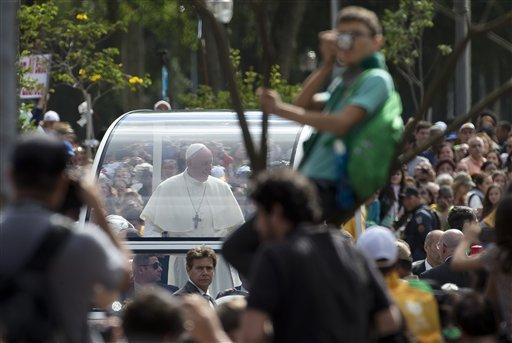 El papa Francisco llega en el papa-movil hasta el Palacio Sao Joaquim, residencia del arzobispo de Rio en Rio de Janeiro, el viernes 26 de julio de 2013. (AP Photo/Domenico Stinellis)