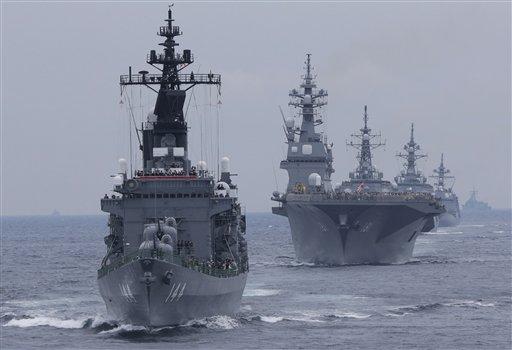 """El barco """"Kurama"""" encabeza otras embarcaciones de la Fuerza de Autodefensa Marítima de Japón, durante una revista a la flota en aguas frente a la bahía de Sgami, al sur de Tokio, el 14 de octubre de 2012. Según un documento de defensa que difundió el gobierno japonés el viernes 26 de julio de 2013, Japón necesita reforzar su capacidad militar ante posibles amenazas de China y Corea del Norte. (AP Foto/Itsuo Inouye)"""