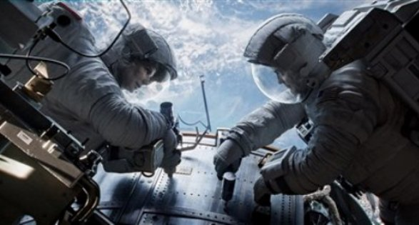 """En esta foto promocional difundida por Warner Bros. Pictures, Sandra Bullock y George Clooney en una escena de ?Gravity"""". El thriller de ciencia ficción, dirigido por el realizador mexicano Alfonso Cuarón, inaugurará la 70a edición del Festival de Cine de Venecia, prevista del 28 de agosto al 7 de septiembre. (AP Foto/Cortesía de Warner Bros. Pictures)"""