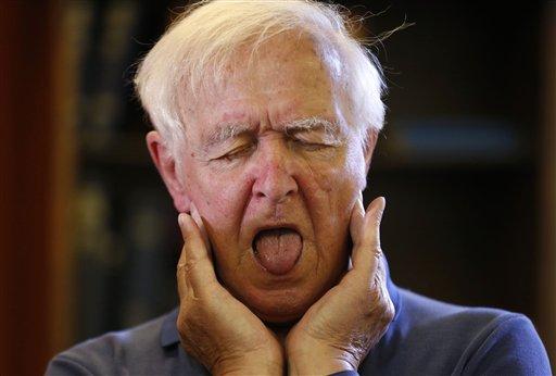 John Cameron-Turner participa en una clase de canto en el Hospital Real de Brompton, en Londres, el lunes 17 de junio de 2013. El grupo, que se reúne semanalmente, está dirigido por un músico profesional y ofrece tratamiento a personas con afecciones respirtorias, como asma, enfisema e insuficiente respiratoria. (Foto AP/Sang Tan)