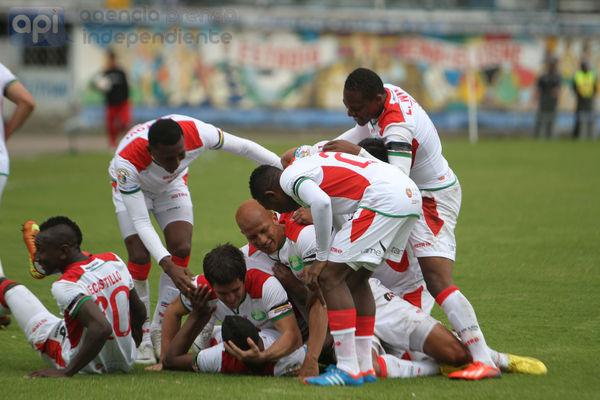 Foto de archivo. Liga de Loja festaje un gol convertido en el campeonato ecuatoriano de fútbol. Foto API.