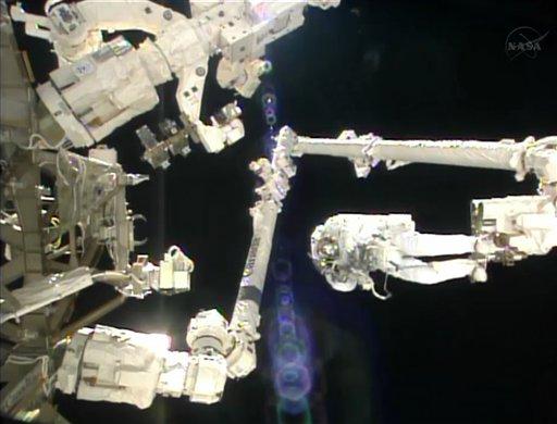Imagen tomada de video provista por la NASA, del astronauta italiano Luca Parmitano colocado en la punta de un brazo robot durante una caminata fuera de la Estación Espacial Internacional el martes 9 de julio de 2013. (Foto AP/NASA)