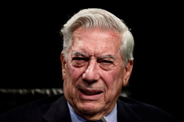 El escritor peruano y ganador del Nobel de Literatura Mario Vargas Llosa habla durante un encuentro en Madrid, el jueves 3 de julio de 2013. (Foto AP/Daniel Ochoa de Olza)