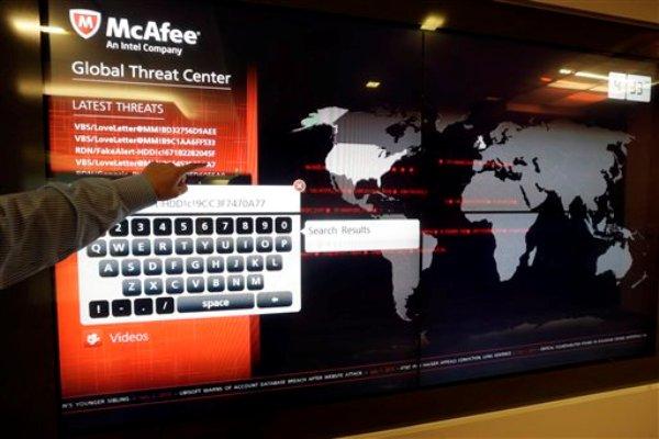 En esta imagen del 3 de julio del 2013, un mapamundi rastrea virus de computación en la sede central de McAfee en Santa Clara, California. Los ciberintrusos que desbarataron decenas de miles de computadoras surcoreanas simultáneamente este año han tenido como objetivo mucho más que borrar el contenido de los discos duros, según firmas de seguridad. También han tratado de robar secretos militares surcoreanos y estadounidenses con una serie maliciosa de códigos que han estado enviando por internet durante años (AP Foto/Marcio Jose Sanchez)