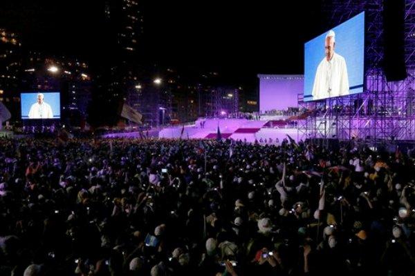 El papa Francisco en una pantalla gigante mientras se dirige a peregrinos jóvenes de 175 naciones reunidos en la playa Copacabana para la Jornada Mundial de la Juventud en Río de Janeiro, Brasil, el jueves 25 de julio de 2013. (Foto AP/Jorge Saenz)