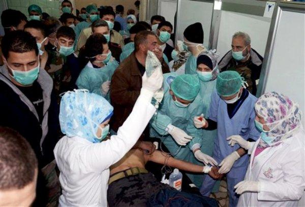 ARCHIVO - En esta foto del 19 de marzo del 2013 proveída por la agencia noticiosa oficial siria SANA, una víctma de un presunto ataque químico en Khan al-Assal, un suburbio de la ciudad de Alepo, es tratada por los médicos en un hospital de Alepo. El embajador de Rusia ante la ONU dijo el martes, 9 de julio del 2013, que expertos rusos determinaron que rebeldes sirios produjeron gas sarín y lo usaron en un mortífero ataque en las afueras de Alepo en marzo. (Foto AP/SANA)