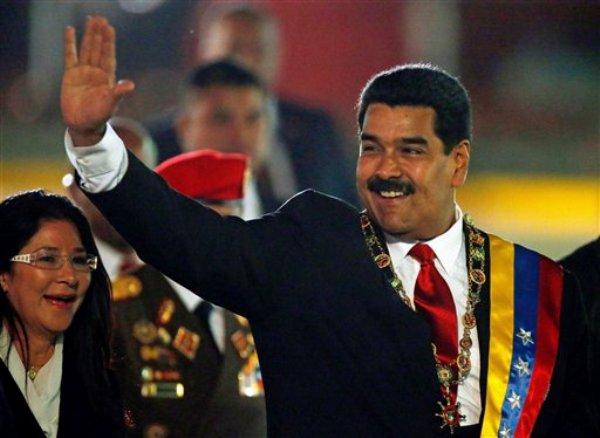 Presidente venezolano Nicolás Maduro y la primera dama Cilia Flores arriban a un desfile por el día de la independencia en el fuerte Tiuna, Caracas, 5 de julio de 2013. El lunes 8 de julio de 2013 Maduro anunció la captura de cinco personas en vinculación con un desfalco de 84 millones de dólares a un fondo estatal que mantiene Venezuela con apoyo de China. (AP Foto/Fernando Llano)