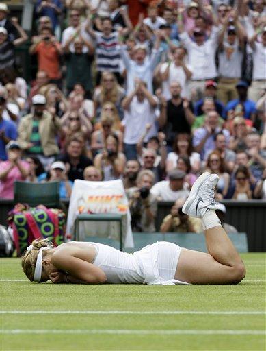 Embargada por la emoción, Sabine Lisicki llora en el césped de Wimbledon tras eliminar a Serena Williams en la cuarta ronda el 1ro de julio del 2013. (AP Photo/Alastair Grant)