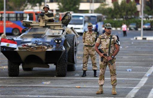 Soldados del Ejército egipcio montan guardia en el distrito Nasser City de El Cairo, Egipto, el miércoles 3 de julio de 2013. Las fuerzas armadas de Egipto suspendieron el miércoles la Constitución, convocaron a elecciones anticipadas y anunciaron que el presidente Mohamed Morsi será reemplazado por el titular de la Corte Constitucional. En una alocución televisada, el jefe militar egipcio Abdel-Fatá el-Sisi anunció también la creación de un nuevo gabinete. (Foto AP/Hassan Ammar)