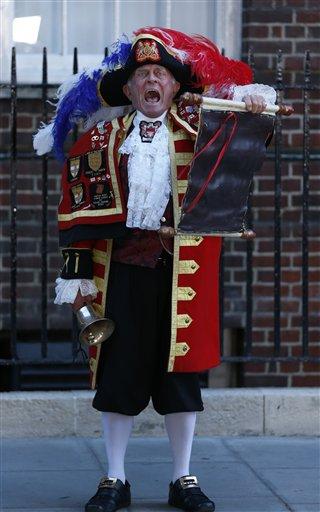 Tony Appleton, un pregonero de la ciudad, anuncia el nacimiento del bebé real, frente al Hospital St. Mary's en Londres, el lunes 22 de julio del 2013.  (Foto AP /Lefteris Pitarakis)
