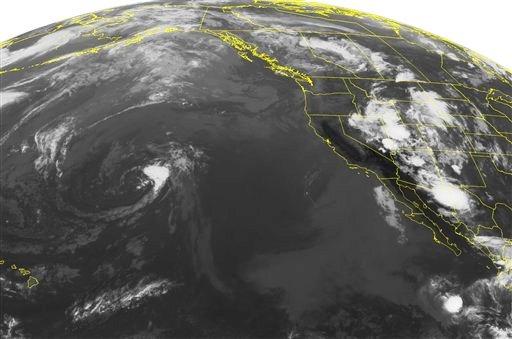 En imagen satelital de la Administración Nacional Oceánica y Atmosférica tomada el viernes 5 de julio de 2013 a las 2:00 de la mañana EDT muestra a la tormenta tropical Erick, abajo a la derecha, que se intensifica frente a la costa de México. La tormenta tropical sigue adquiriendo fuerza el sábado y los meteorólogos esperan que logre la categoría de huracán. (Foto AP/Weather Underground)