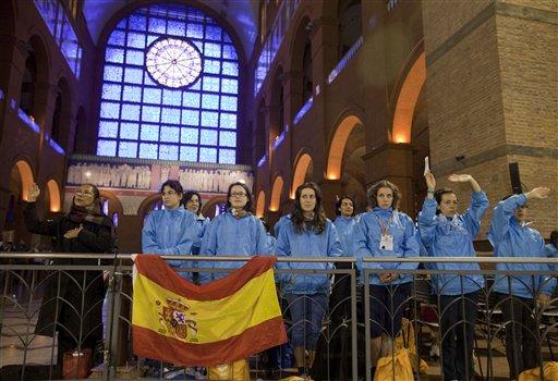 Un grupo de católicos de España asisten a misa en la Basílica de Aparecida el 23 de julio del 2013 en Brasil. El papa Francisco visitará Aparecida el miércoles 24. (AP Photo/Andre Penner)