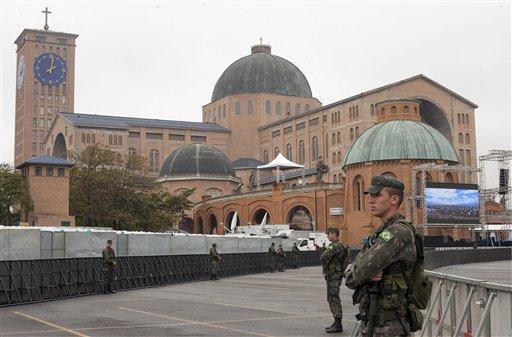 Soldados hacen guardia frente a la Basílica de la Virgen de Aparecida, santa patrona de Brasil, el 23 de julio del 2013. El papa Francisco visitará Aparecida el miércoles. (AP Photo/Andre Penner)