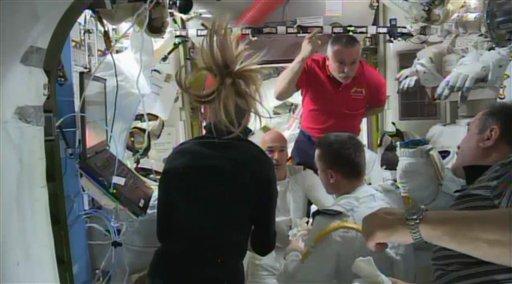 En esta imagen de un video distribuido por la NASA, los astronautas conversan sobre la caminata espacial abortada a bordo de la estación internacional en órbita el 16 de julio del 2013. Una peligrosa filtración de agua en el casco de Luca Parmitano, en el centro con el traje blanco de frente a la cámara, obligó a interrumpir la caminata. (AP Foto/NASA)