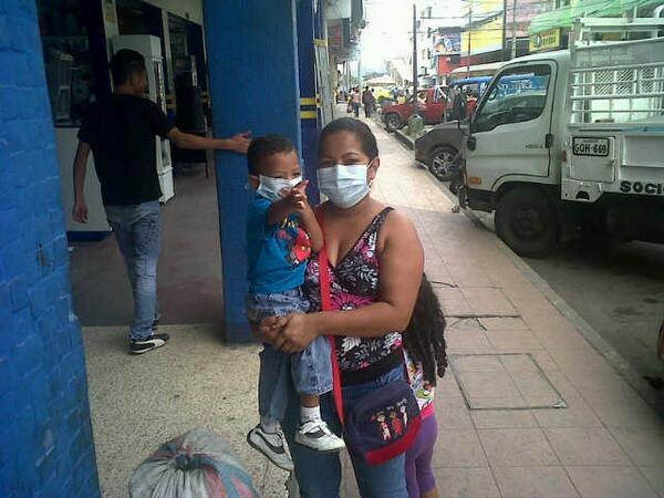Mujer e hijo se protegen de la lluvia de ceniza en Quevedo, el 14 de julio de 2013, fotografiada y tuiteada por el periodista Víctor Hugo Boza, de RTU.