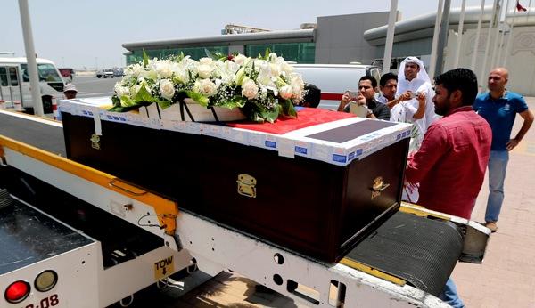 El ataúd con el cuerpo del futbolista ecuatoriano ChristianBenítezes subido a un avión rumbo a Ecuador el jueves, 1 de agosto de 2013, en Doha, Catar. (AP Photo/Osama Faisal)