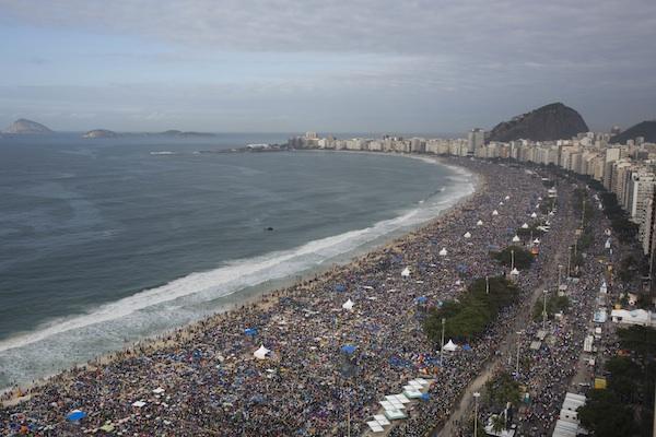 Gente abarrota la playa de Copacabana en Rio de Janeiro, Brasil, el domingo 28 de julio del 2013. Cientos de miles de jóvenes durmieron en la playa esperando la misa final del papa Francisco de la Jornada Mundial de la Juventud. (AP Foto/Felipe Dana)