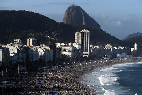 Miles de peregrinos esperan la llegada del papa Francisco hoy, sábado 27 de julio de 2013, en la playa de Copacabana, en Río de Janeiro (Brasil). El pontífice participará en este lugar de una vigilia que hace parte de la Jornada Mundial de la Juventud (JMJ). EFE/Sebastião Moreira