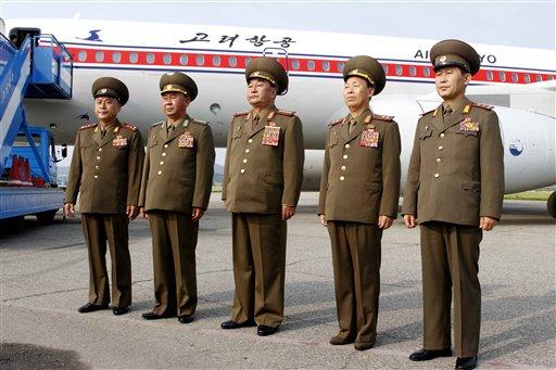 Foto tomada el 26 de junio del 2013 de la delegación militar norcoreana antes de viajar a Cuba, en el Aeropuerto de Pyongyang. Muchos países han hecho negocios de armas con Corea del Norte, pero la revelación reciente de que Cuba le envió partes misilísticas y otro armamento en un barco detenido por Panamá ha dejado confundidos a varios analistas. (Foto AP/Kim Kwang Hyon)