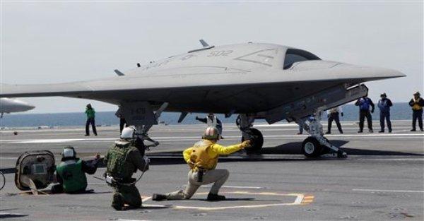 Un avión experimental X-47B no tripulado despega desde el portaviones USS George H.W. Bush en las costas de Virginia, el 16 de mayo de 2013. La Armada estadounidense intentará aterrizar este avión en el portaviones, por primera vez, el miércoles 10 de julio de 2013. Aterrizar en un portaciones es una de las maniobras más difíciles que los pilotos de la Marina tienen que realizar. (Foto AP/Steve Helber, archivo)