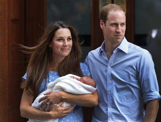 El príncipe Guillermo y Catalina, la duquesa de Cambridge, con su hijo recién nacido, el príncipe de Cambridge, el martes 23 de julio de 2013 fuera del hospital St. Mary en Londres. La duquesa dio a luz el lunes 22 de julio de 2013. (Foto AP/Lefteris Pitarakis)