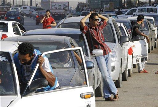 Conductores egipcios esperan en una larga fila de una estación de gasolina en El Cairo, Egipto, el 25 de junio de 2013. (Foto AP/Amr Nabil, archivo)