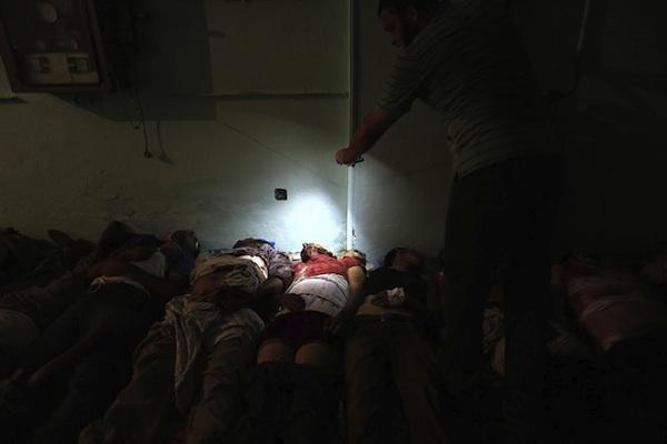 Un simpatizante de los Hermanos Musulmanes toma fotografías con su teléfono de varios cadáveres de camaradas muertos durante los enfrentamientos con las fuerzas de seguridad, en una morgue del El Cairo (Egipto) hoy, lunes 8 de julio de 2013. EFE/Mohammed Saber