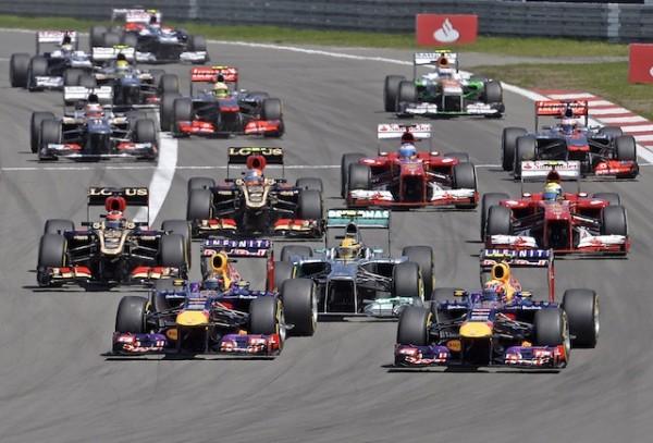 Foto de archivo. El piloto de Red Bull Sebastian Vettel encabeza al lote en la largada del Gran Premio de Alemania de Fórmula Uno. A la derecha de Vettel está su compañero Mark Webber y en el centro Lewis Hamilton de Mercedes (AP Foto/Martin Meissner).
