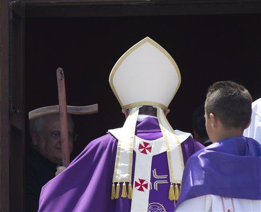 El papa Francisco parte después de oficiar misa durante una visita a la isla de Lampedusa, Italia, el lunes 8 de julio de 2013. (Foto AP/Alessandra Tarantino)