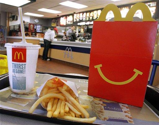 Imagen posada de un Happy Meal, un refresco y el logo de McDonald's del 20 de enero de 2012 en un local de la cadena en Springfield, Illinois. McDonald's Corp. reportó ganancias trimestrales decepcionantes el lunes 22 de julio de 2013. (Foto AP/Seth Perlman)
