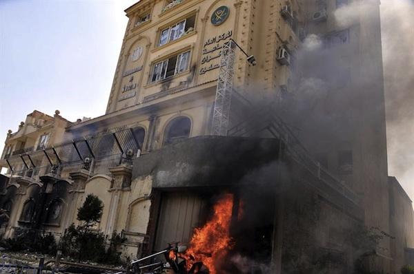 * EL CAIRO (EGIPTO) 01/07/2013.- La sede de los Hermanos Musulmanes en Al-Moqattam, en el Cairo (Egipto) arde hoy, lunes 1 de julio de 2013, después de ser asaltado en el día de ayer. EFE/Khaled Elfiqi