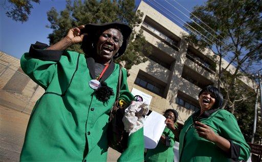 Miembros de la Liga de Mujeres del Congreso Nacional Africano marchan y cantan en apoyo al ex presidente sudafricano Nelson Mandela, el jueves, 4 de julio del 2013. Mandela, de 94 años, está hospitalizado desde el 8 de junio a causa de una persistente infección pulmonar. (Foto AP/Ben Curtis)
