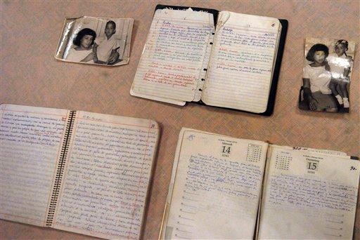 """Manuscritos y fotografías pertenecientes a un héroe de la revolución cubana Ernesto """"Che"""" Guevara en una foto de archivodel 7 de julio del 2008 durante su presentación a la prensa en La Paz, Bolivia. LA UNESCO (UNESCO) incluyó los manuscritos del líder de la revolución cubana Ernesto """"Che"""" Guevara en la Memoria del Registro Mundial, el viernes 19 de julio del 2013 en una ceremonia en La Habana, la capital cubana. (Foto AP, Archivo)"""