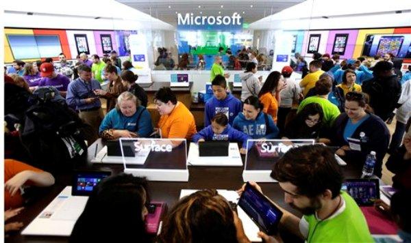Apertura de una tienda minorista de Microsoft en Portland, Oregon, el 20 de junio de 2013. El viernes cayeron sus acciones debido a los decepcionantes resultados del cuarto trimestre. (Foto AP/Don Ryan)