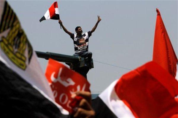 Un opositor del presidente islamista de Egito, Mohamed Morsi, participa en una protesta en la plaza Tahrir en El Cairo, el miércoles 3 de julio de 2013. (Foto AP/Amr Nabil)