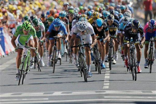 Peter Sagan supera en la misma raya a John Degenkolb al ganar la 7ma etapa del Tour de Francia el 5 de julio del 2013 en Albi. (AP Photo/Laurent Rebours)
