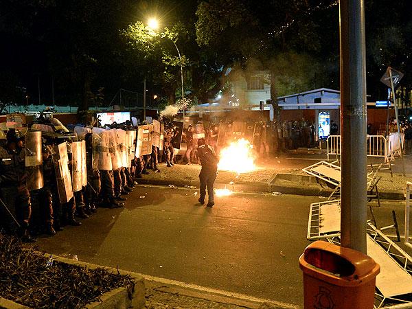 Los manifestantes fueron convocados por el grupo Anonymous Rio y protestaban cerca del palacio Guanabara contra los 53 millones de dólares que costará a contribuyentes brasileños la visita del papa Francisco y la JMJ. También gritaban consignas contra el gobernador Sergio Cabral -quemaron un muñeco que le representaba más temprano-, el alcalde Eduardo Paes y Rousseff.