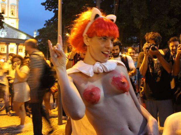 El evento, coordinado por las redes sociales, comenzó en la plaza Largo do Machado, con representantes del movimiento LGBT (lesbianas, gays, bisexuales, transexuales, travestis y transexuales), que realizaron una protesta en las escalinatas de la iglesia Nuestra Señora de la Gloria.