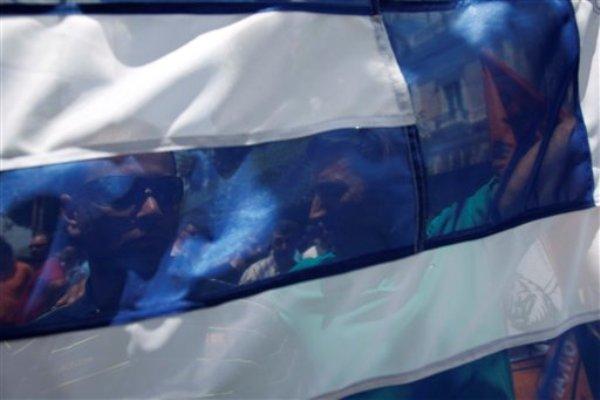 Policías municipales participan en una protesta en Atenas como parte de las movilizaciones por las medidas de austeridad impuestas por el gobierno, el sábado 6 de julio de 2013. Empleados municipales de Grecia iniciaron el lunes 8 una huelga ante la amenaza de perder sus empleos. (Foto AP/Kostas Tsironis)