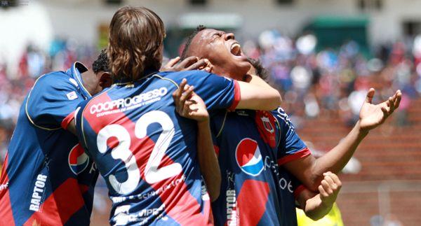Quito, Ecuador 21 de julio de 2013.Por la quinta fecha de la segunda etapa del campeonato ecuatoriano de fútbol, Deportivo Quito (azul/blanco) recibió al Emelec(gris) en el estadio Olimpico Atahualpa. Foto/API