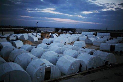 ARCHIVO- En imagen del domingo 9 de diciembre de 2012, un campamento para refugiados sirios cerca de la frontera turca en Azaz, Siria. Cerca de 5.000 muertes al mes se registran en Siria por la guerra civil y el éxodo de refugiados registra índices no vistos desde el genocidio de Ruanda en 1994, denunciaron funcionarios de Naciones Unidas el martes 16 de julio de 2013. (Foto AP/Manu Brabo, archivo)