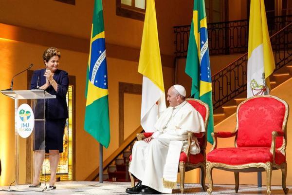 Fotografía cedida por Presidencia que muestra al papa Francisco, quien es recibido por la mandataria brasileña, Dilma Roussef, en el Palácio Guanabara, sede del gobierno del estado de Río de Janeiro, hoy, lunes 22 de julio de 2013, en Río de Janeiro (Brasil).  EFE/Roberto Stuckert Filho/PR