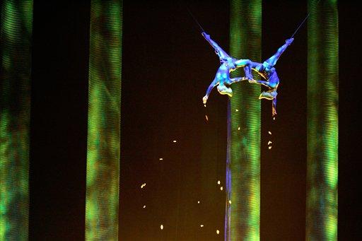 """Sarah Guyard-Guillot (izquierda) y Sami Tiaumassi durante su número en """"Gente del Bosque"""" como parte del espectáculo """"Ka"""" del Cirque du Soleil en el escenario del hotel MGM Grand Resort en Las Vegas, el 28 de noviembre de 2008. Guyard-Guillot murió la noche del sábado 30 de junio de 2013 tras una caída desde 15 metros de altura. (Foto AP/Las Vegas Sun, Leila Navidi)"""