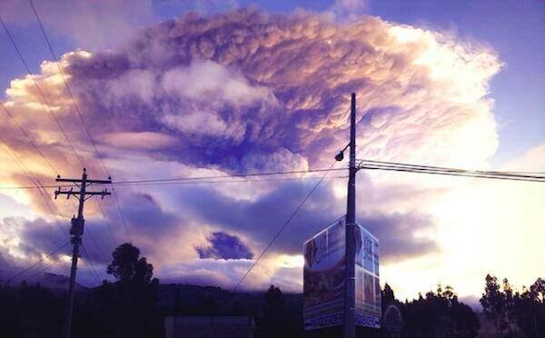 La erupción del Tungurahua, fotografiada desde Riobamba, la mañana del 14 de julio de 2013, y tuiteada por @4lejoAndino