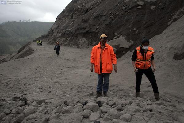 * La Gobernadora de Tungurahua, Lira Villalva, hizo un recorrido por la quebrada Achupallal para verificar la magnitud de daños por la caída de material piroclástico, el domingo 14 de julio de 2013. APIFOTO: Carlos Campaña