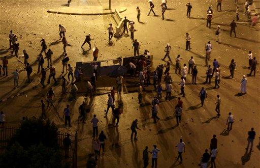 Partidarios y oponentes del depuesto presidente islamista Mohammed Morsi escenifican un enfrentamiento cerca de Maspero, donde se ubican la televisión y la radio estatales en El Cairo, Egipto, el viernes 5 de julio de 2013. (AP Foto/Hassan Ammar)