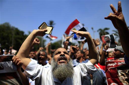 Partidarios del depuesto presidente egipcio Mohammed Morsi en una protesta cerca de la Universidad de El Cairo, Egipto, el viernes 5 de julio del 2013. (Foto AP/Hassan Ammar)