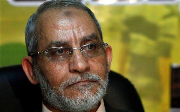 Fotografía de archivo del martes 30 de noviembre de 2010 de Mohamed Badie, líder de la organización opositora egipcia Hermandad Musulmana, durante una conferencia de prensa en El Cairo. (Foto AP/Nasser Nasser, Archivo)